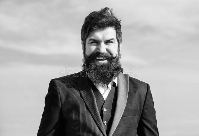 Glücklicher Rechtsanwalt Geschäftsmannrechtsanwalt gegen den Himmel Zukünftiger Erfolg Männliche formale Mode Bärtiger Mannrechts stockbild