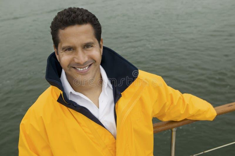Glücklicher reifer Mann auf der Yacht stockbild