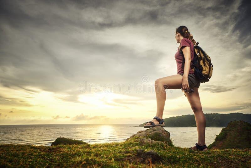 Glücklicher Reisender mit Rucksack Sonnenuntergangansicht genießend stockbilder