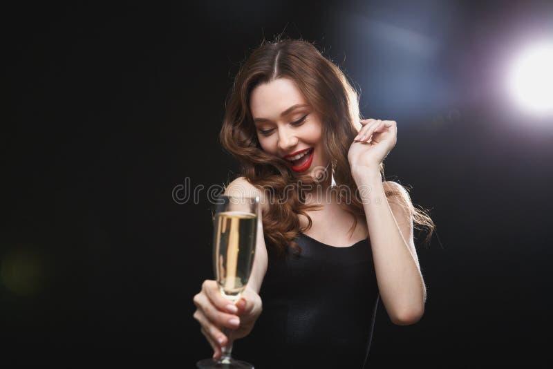 Glücklicher reizend trinkender Champagner der jungen Frau lizenzfreie stockfotos