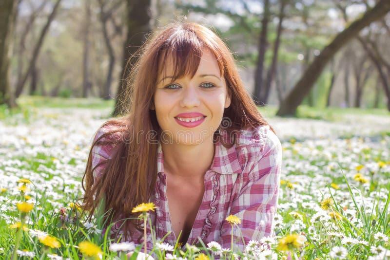 Glücklicher schöner Frühlings-junge Frau stockbild