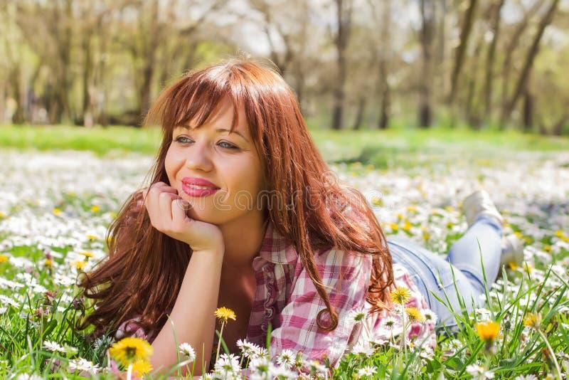 Glücklicher schöner Frühlings-junge Frau lizenzfreie stockbilder