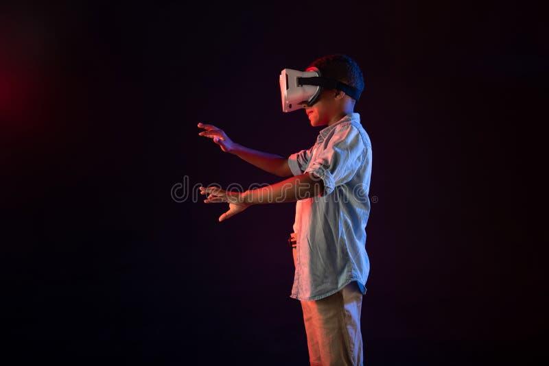Glücklicher Schüler, der einen modernen VR-Kopfhörer trägt lizenzfreie stockfotos