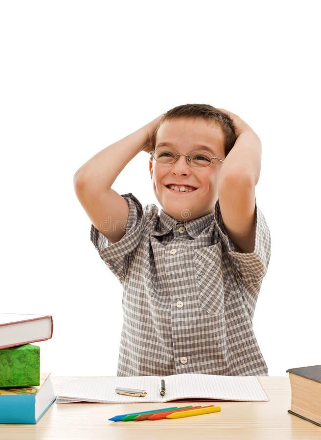 Glücklicher Schüler, der seine Heimarbeit tut lizenzfreie stockfotos