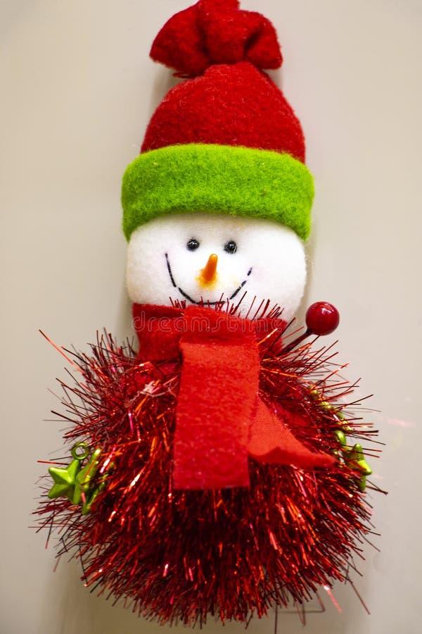 Glücklicher Schneemann in der Strickmütze und Schal und Handschuhe lokalisiert stockfoto
