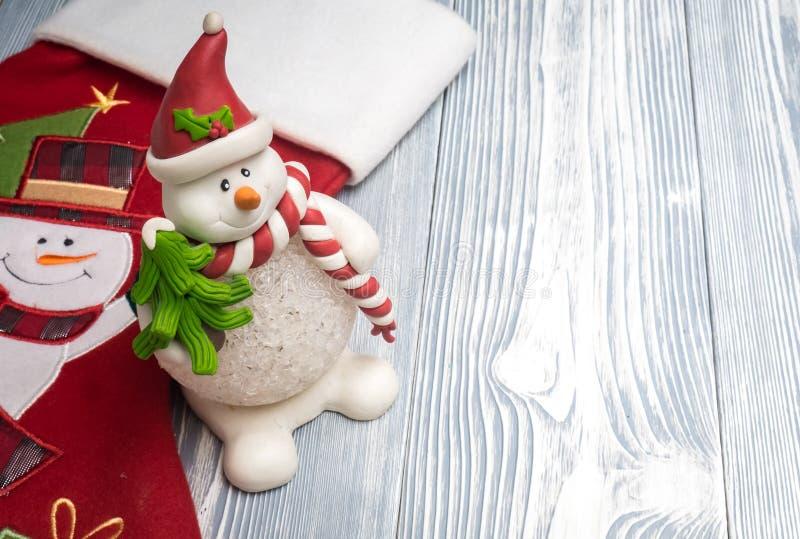 Glücklicher Schneemann mit roter Socke lizenzfreie stockfotos