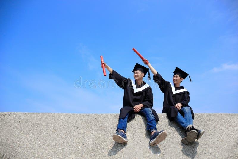 Glücklicher Schulabgänger-Blickhimmel lizenzfreie stockbilder