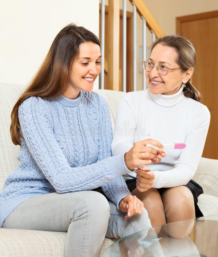 Glücklicher Schwangerschaftstest der Mutter zeigte ihre Tochter stockbild
