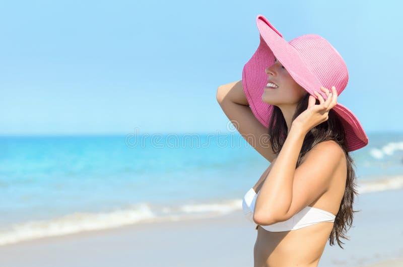 Glücklicher sexy Frauensommer im Strand lizenzfreie stockbilder