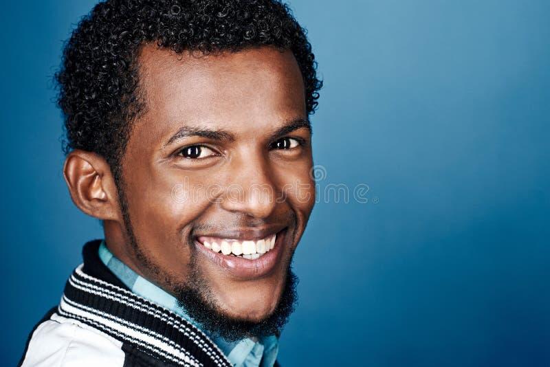 Glücklicher smiing afrikanischer Mann lizenzfreies stockfoto