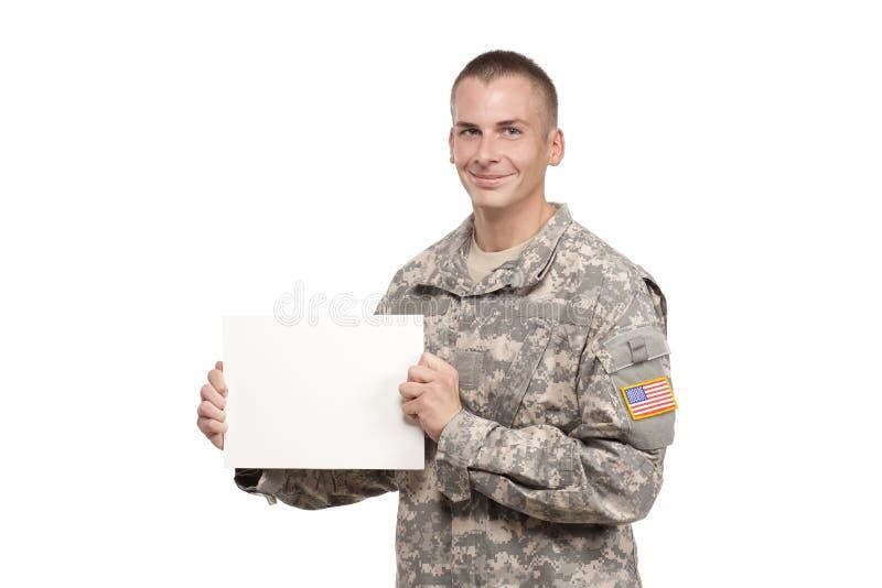 Lächelnder Soldat, der leeres Zeichen hält stockfotos