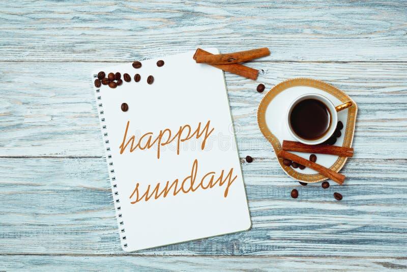 Glücklicher Sonntag mit einem Tasse Kaffee stockfotografie