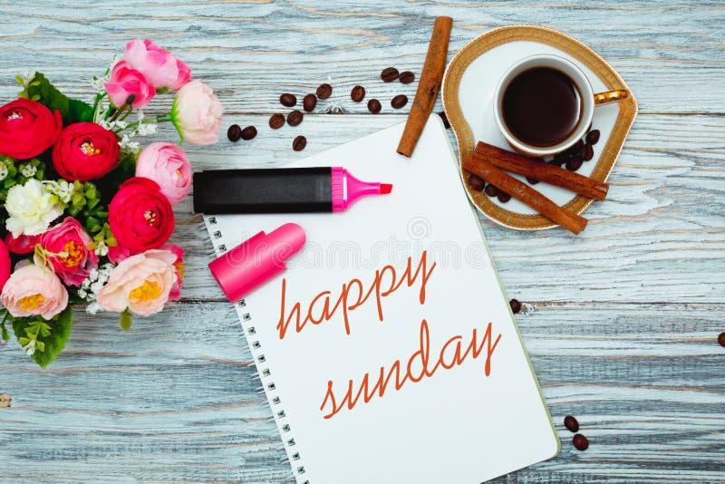 Glücklicher Sonntag mit einem Tasse Kaffee stockbild