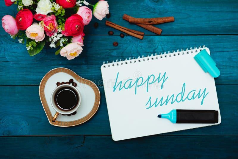 Glücklicher Sonntag mit einem Tasse Kaffee lizenzfreies stockfoto