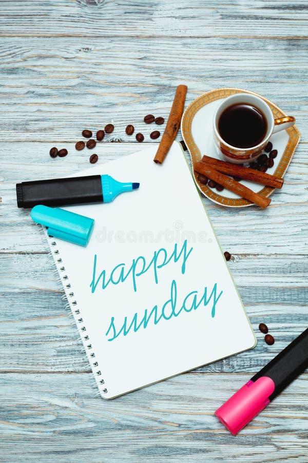Glücklicher Sonntag mit einem Tasse Kaffee lizenzfreie stockfotografie