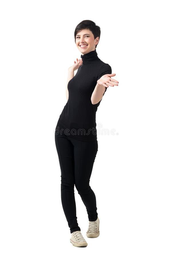 Glücklicher sorgloser Brunette mit dem angehobenen Handlächeln lizenzfreies stockfoto
