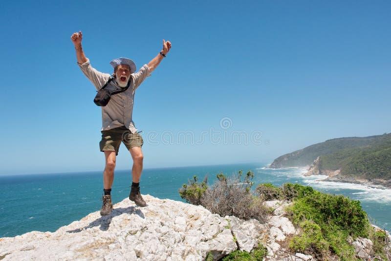 Glücklicher springender alter Mann stockfotografie