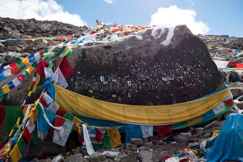 Glücklicher Stein in Kailas-kora Himalajaberg-Tibet-Himmel und -wolken lizenzfreie stockfotos