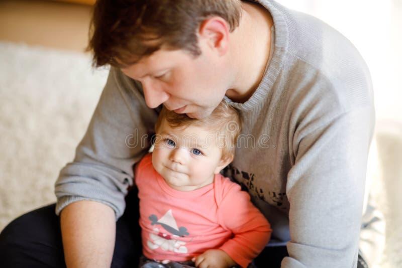 Glücklicher stolzer junger Vater, der Spaß mit Babytochter, Familienporträt zusammen hat Vati mit Baby, Liebe Mannspielen stockfotos