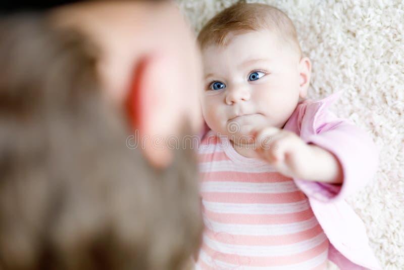 Glücklicher stolzer junger Vater, der Spaß mit neugeborener Babytochter, Familienporträt zusammen hat Vati mit Baby, Liebe neu lizenzfreie stockbilder