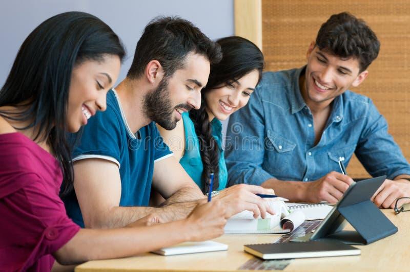 Glücklicher Student, der zusammen studiert stockbild