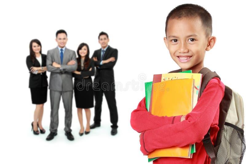 Glücklicher Student mit Lehrer am Hintergrund stockfoto