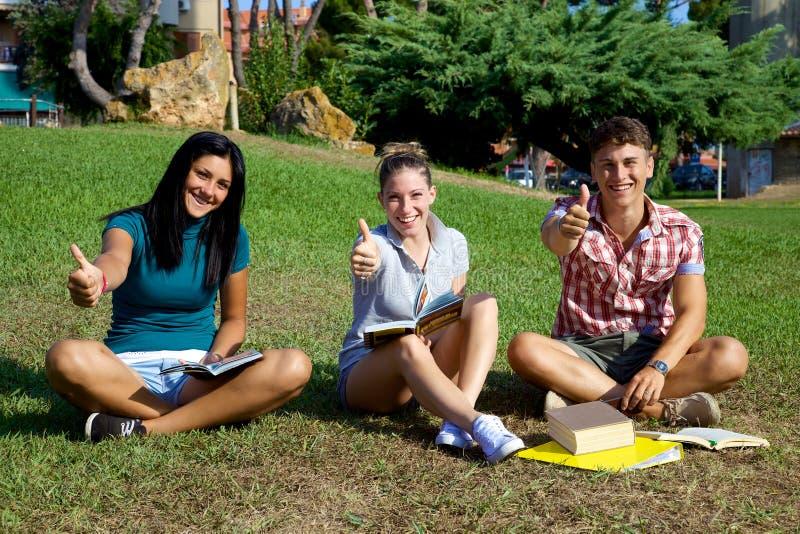 Glücklicher Studentendaumen oben im College lizenzfreie stockfotografie
