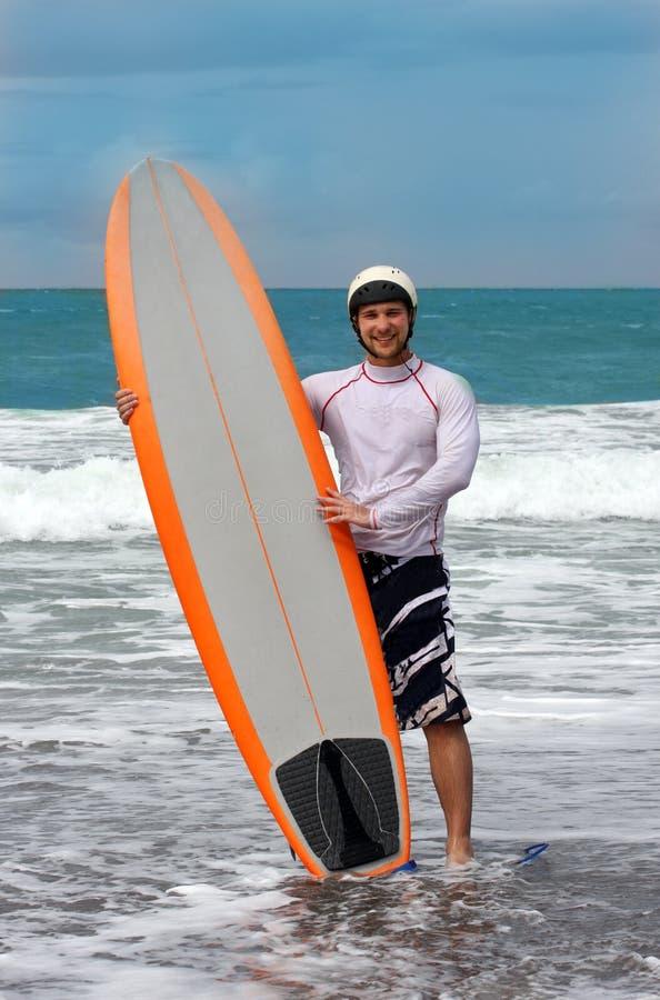 Glücklicher surfender Mann auf Bali-Insel lizenzfreies stockfoto