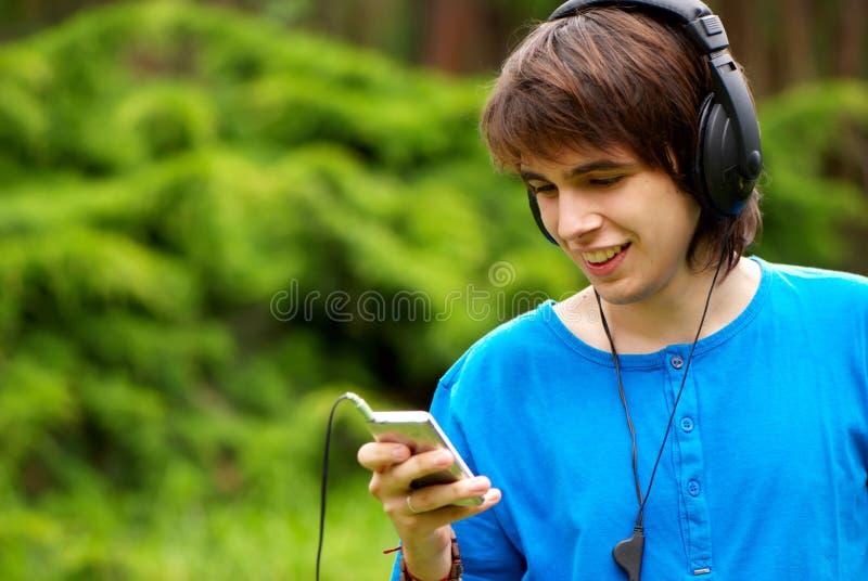 Glücklicher Teenager in den Kopfhörern lizenzfreies stockbild