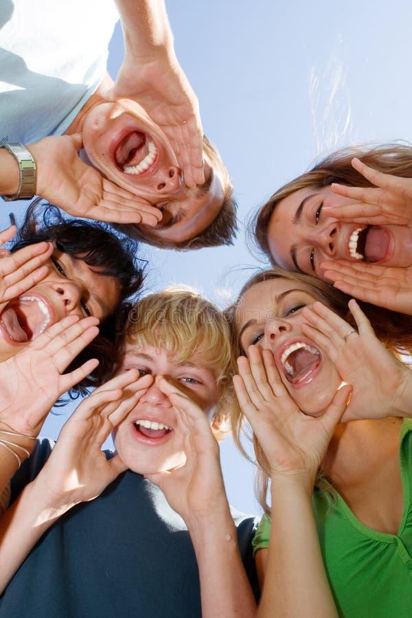 Glücklicher Teenager oder Jugendliche der Gruppe stockfoto