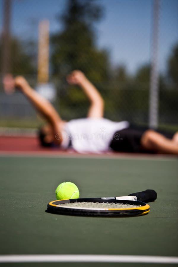 Glücklicher Tennisspieler nachdem dem Gewinnen lizenzfreie stockfotos