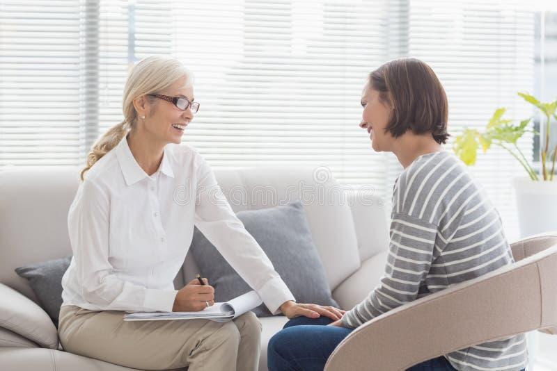 Glücklicher Therapeut mit Patienten lizenzfreie stockfotos