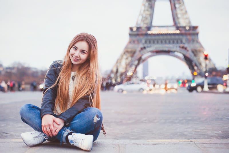 Glücklicher Tourist der jungen Frau in Paris lizenzfreie stockfotos