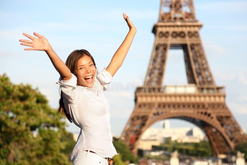 Glücklicher Tourist der Reise-Paris-Eiffelturmfrau stockbilder