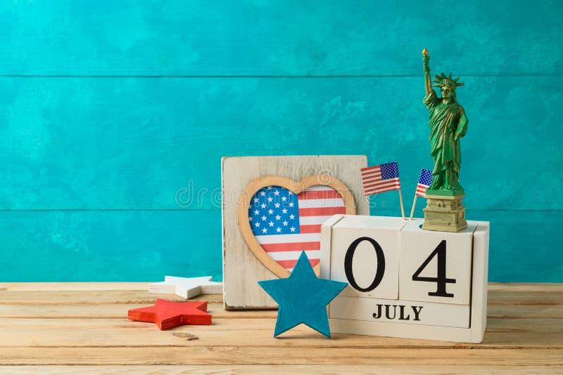 Glücklicher Unabhängigkeitstag, 4. des Juli-Feierkonzeptes mit Kalender und amerikanische Flagge auf Holztisch lizenzfreie stockfotografie