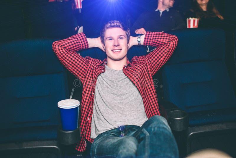 Glücklicher und entspannter Kerl lehnt sich auf der Rückseite des Stuhls und hält seine Hände über dem Kopf Er ist erfüllt Es gib stockfotos