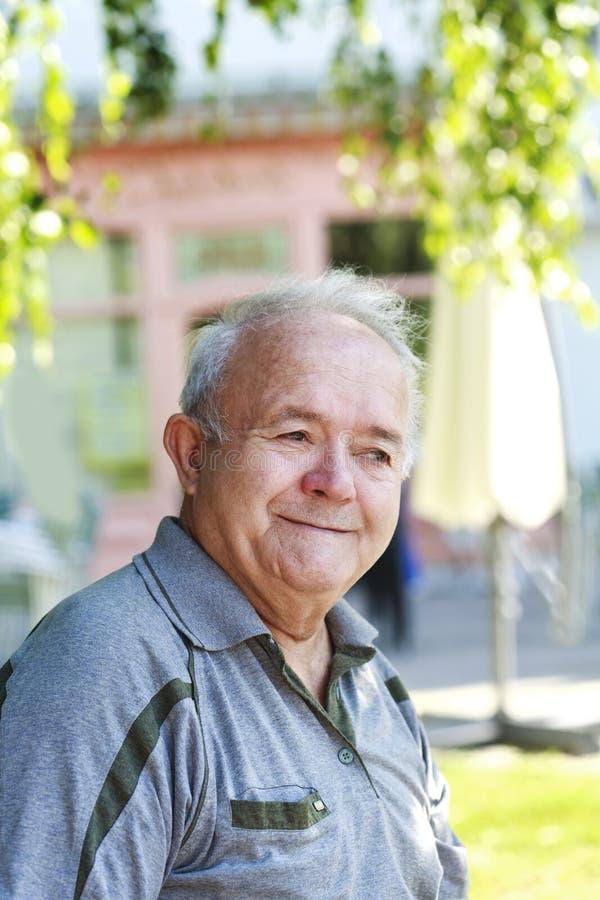 Glücklicher und lächelnder alter Mann stockfotografie