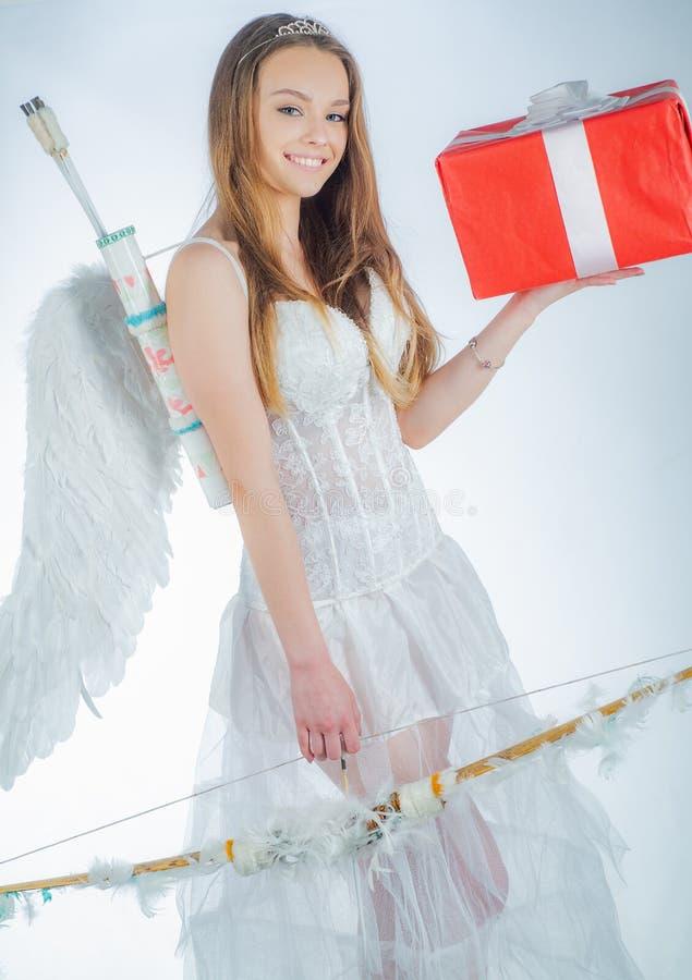 Glücklicher Valentinsgrußtag - Kopienraum Unschuldiges M?dchen Genie?en des magischen Momentes Reizende und nette Jugend Gl?cklic stockfotografie