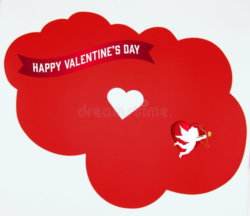 Glücklicher Valentinstag, mit weißem Herzen auf rotem Wolkenhintergrund lizenzfreie stockfotos