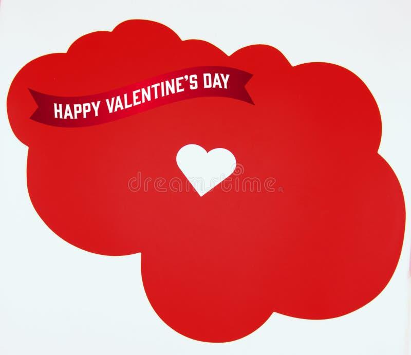 Glücklicher Valentinstag, mit weißem Herzen auf rotem Wolkenhintergrund stockfotografie