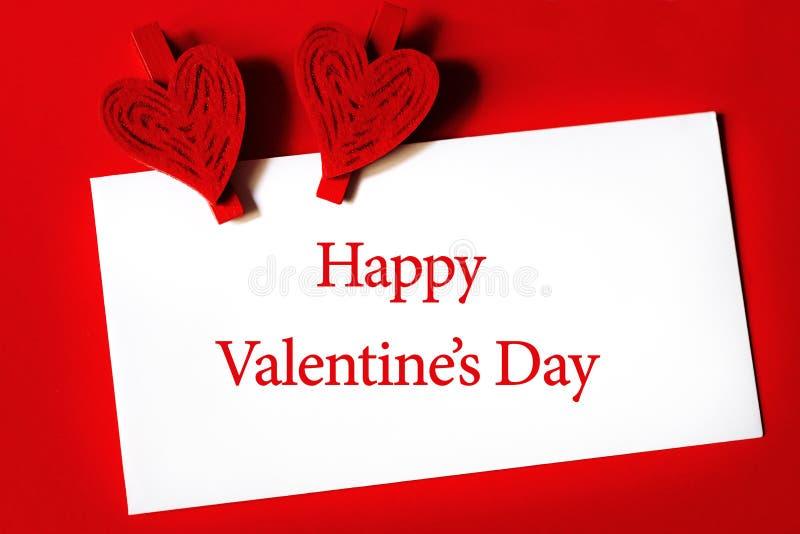 Glücklicher Valentinstag - Papierblatt mit Herzen formte Klipp stockfotografie