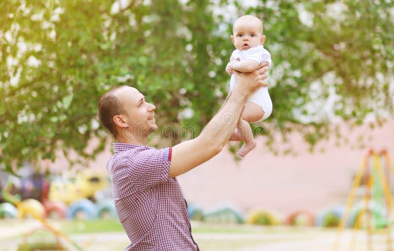 Glücklicher Vater, der ein Kind hält lizenzfreie stockfotografie