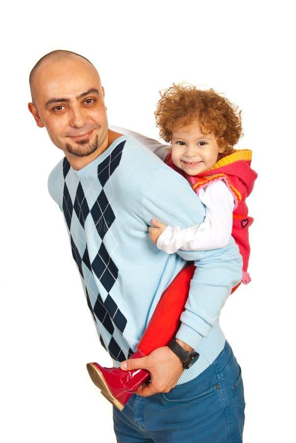 Glücklicher Vater, der piggyback Fahrt anbietet stockfoto