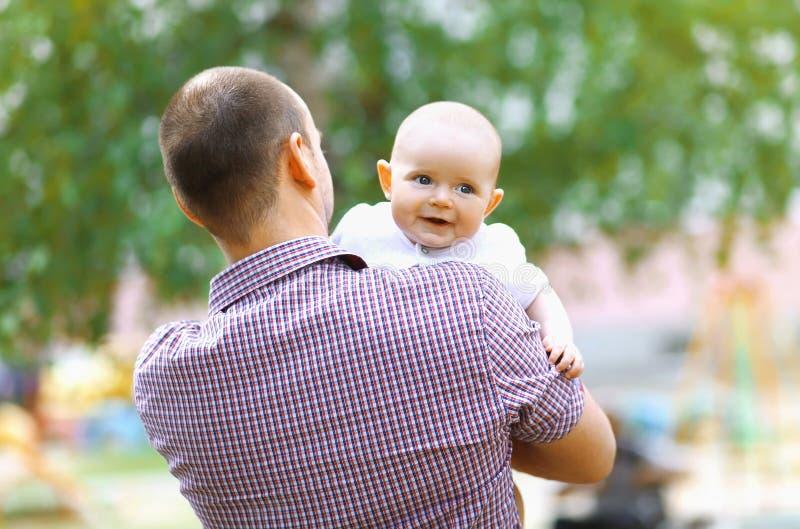Glücklicher Vater mit dem Babygehen stockfoto