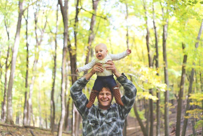 Glücklicher Vater Playing mit netter Babytochter in Autumn Woods lizenzfreie stockbilder