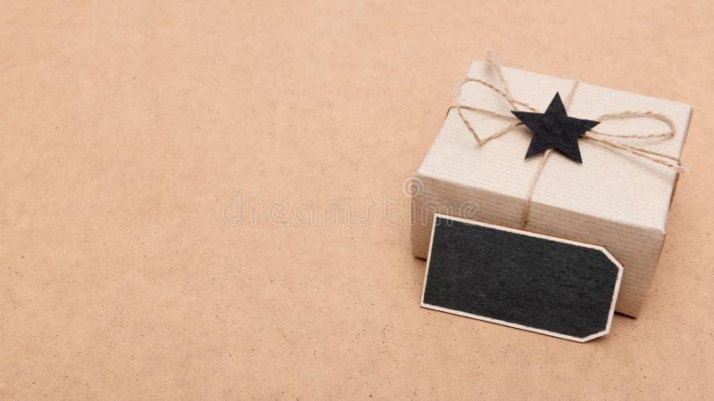 Glücklicher Vater ` s Tageshintergrund Schöne Retrostilgeschenkbox und schwarze Fliege auf braunem Hintergrund stockfotos