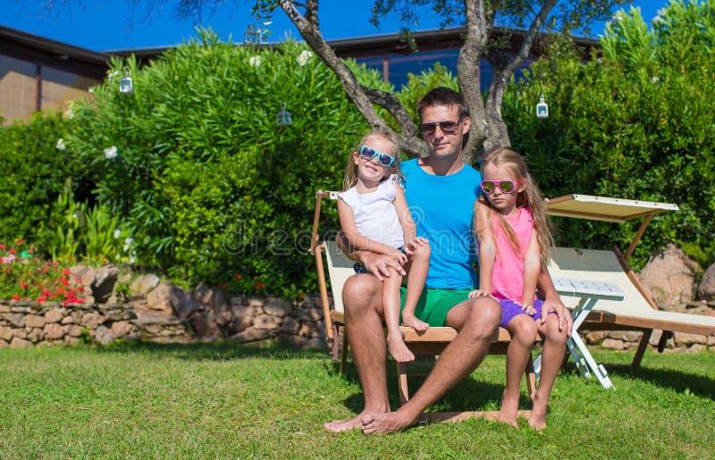 Glücklicher Vater und seine entzückenden kleinen Töchter lizenzfreies stockbild