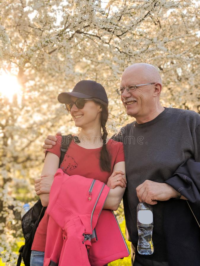 Glücklicher Vater und seine erwachsene Tochter in einem Park stockbilder