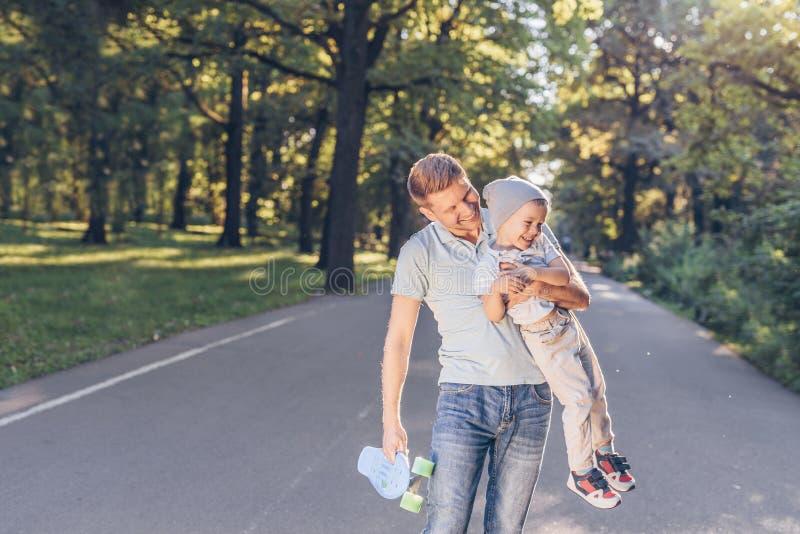 Glücklicher Vater und Sohn im Park lizenzfreies stockfoto
