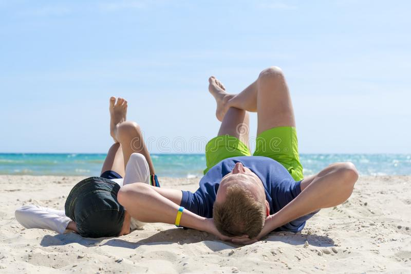 Glücklicher Vater und Sohn verbringen Zeit zusammen auf dem Strand Vaterschafts-Familien-Konzept Glücklicher Vatertag stockfotografie